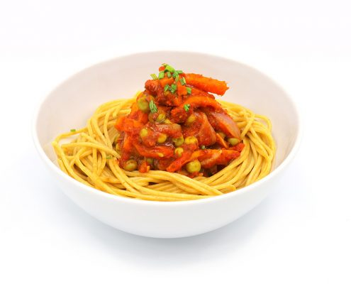 Espaguettis integrales con guisantes, ajo, zanahoria y tomate