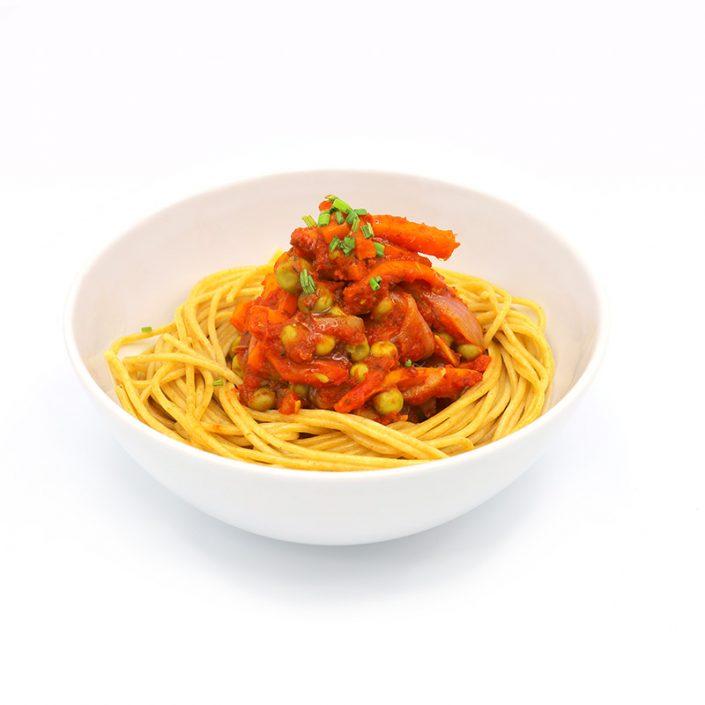 Espaguettis-integrales-con-guisantes-ajo-zanahoria-y-tomate
