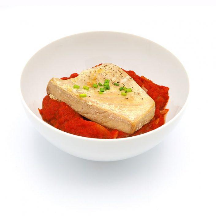 Atún con salsa de tomate y cebolla