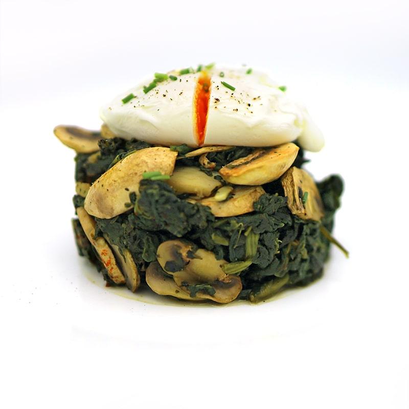Salteado de espinacas y champiñones con huevo poché-min