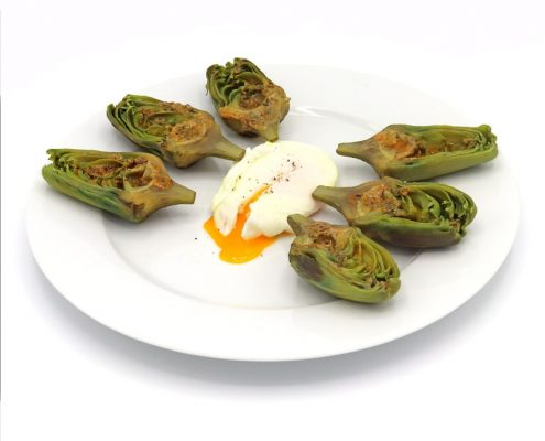 Alcachofas al horno con huevo a la plancha