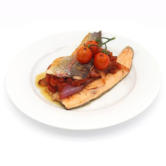 Trucha a la plancha con sofrito de tomate y cebolla